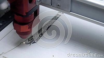 Χάραξη λέιζερ στο ξύλο Καίγοντας εικόνα μηχανών χάραξης λέιζερ στην ξύλινη κινηματογράφηση σε πρώτο πλάνο πινάκων Τέμνουσα μηχανή απόθεμα βίντεο