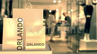 Χάρτινες σακούλες για ψώνια με λεζάντα Ορλάντο ενάντια στην θολή είσοδο καταστήματος Το λιανικό εμπόριο στις Ηνωμένες Πολιτείες σ φιλμ μικρού μήκους