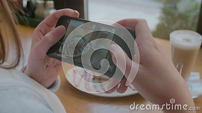 Χέρια γυναικών που παίρνουν τις φωτογραφίες των τροφίμων από το smartphone closeup 4K απόθεμα βίντεο