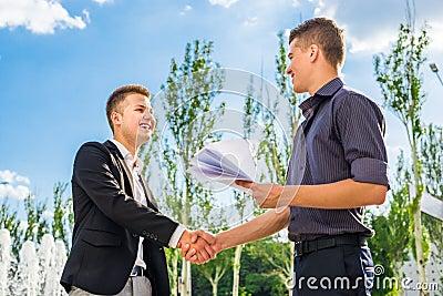 Χέρια τινάγματος συνεργατών