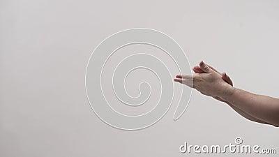 Χέρι με σύριγγα αποστειρωμένου αντικειμένου σε άλλο θηλυκό χέρι απόθεμα βίντεο