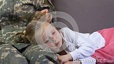 Χαλάρωση κορών ύπνου κτυπήματος Servicewoman στον καναπέ, οικογενειακή σύνδεση απόθεμα βίντεο