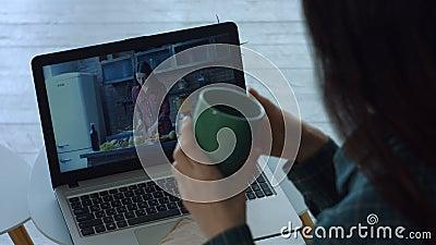 Χαλαρωμένο βίντεο προσοχής γυναικών στο PC lap-top στο σπίτι απόθεμα βίντεο
