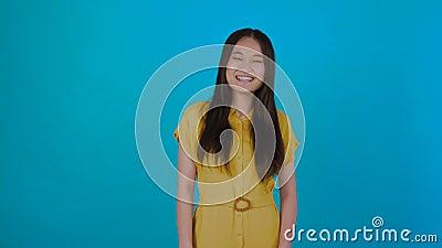 Χαμογελαστή γυναίκα πορτραίτο - κοιτάζοντας το αντίγραφο Όμορφη νεαρή γυναίκα από την Κίνα, μικτή από την Ασία και τον Καύκασο, κ απόθεμα βίντεο