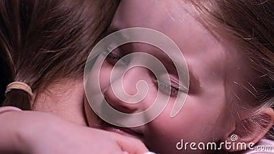 Χαμογελώντας μικρό κορίτσι που αγκαλιάζει τη μητέρα, τρυφερές σχέσεις στην οικογένεια, την αγάπη και την προσοχή απόθεμα βίντεο