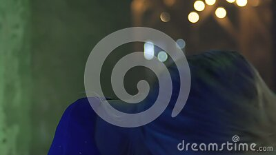 Χαμογελώντας νέα γυναίκα που απολαμβάνει την ευτυχισμένη ζωή στο νυχτερινό κέντρο διασκέδασης, που κτυπά στο κόμμα, ελευθερία απόθεμα βίντεο