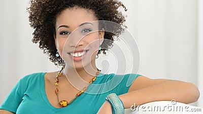 Χαμογελώντας κορίτσι στο σπίτι φιλμ μικρού μήκους