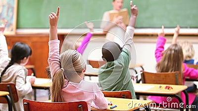 Χαριτωμένα παιδιά που αυξάνουν τα δάχτυλά τους απόθεμα βίντεο