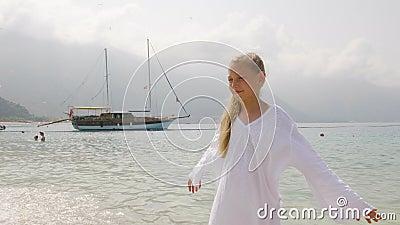 Χαριτωμένη έφηβη με λευκό χιτώνιο με απόλαυση της θάλασσας στο τοπίο του πλοίου Κορίτσι τουρίστρια που στέκεται στη θερινή θάλασσ απόθεμα βίντεο