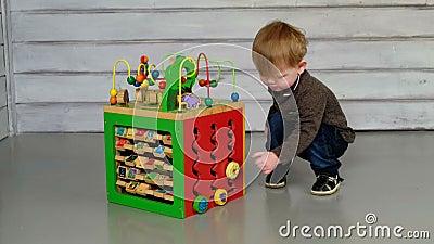 Χαριτωμένη συνεδρίαση μικρών παιδιών στο πάτωμα και παιχνίδι απόθεμα βίντεο