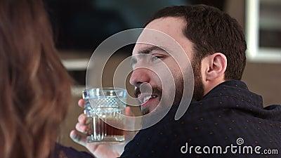 Χαριτωμένο ζεύγος που μιλά και που έχει ένα ποτό σε έναν φραγμό φιλμ μικρού μήκους