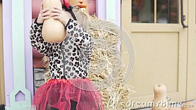 Χαριτωμένο κοριτσάκι με κολοκύθα στα χέρια στις διακοπές του Χάλογουιν φιλμ μικρού μήκους