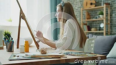 Χαρούμενη ζωγραφική για εφήβους με έγχρωμα μολύβια που απολαμβάνουν χόμπι στο σπίτι Εστίαση στο γραφείο απόθεμα βίντεο