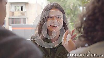 Χαρούμενη παρέα τριών φίλων που απολαμβάνουν το χρόνο τους να κάθονται μαζί στο καφέ έξω Δύο γυναίκες και ένας άντρας έχουν... απόθεμα βίντεο