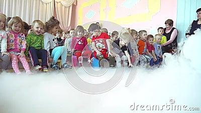 Χημικός παρουσιάστε στον παιδικό σταθμό φιλμ μικρού μήκους