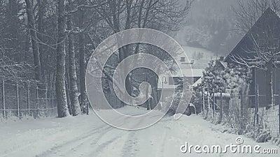 Χιονώδης οδός της πόλης βουνών, καταστροφή χιονιού Χειμερινό τοπίο με το μειωμένο χιόνι φιλμ μικρού μήκους