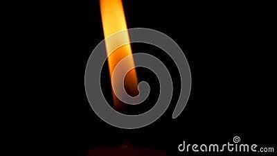 Χοροί της φλόγας του κεριού στο σκοτάδι απόθεμα βίντεο