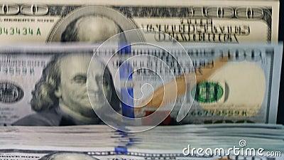 Χρήματα εγγράφου που κινούνται σε μια αντίθετη γραμμή, που ελέγχεται σε μια μηχανή απόθεμα βίντεο