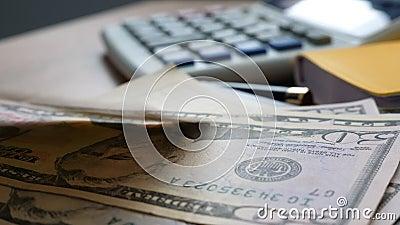 Χρήματα που αφορούν έναν πίνακα γραφείων Χρηματοδότηση και έννοια αποταμίευσης