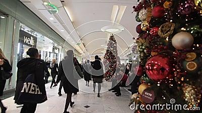Χριστούγεννα που ψωνίζουν στη λεωφόρο