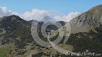 Χρονική ισχύς Μαυροβούνιο, Εθνικό πάρκο Λόβτσεν Τα σύννεφα αιωρούνται πάνω από τις κορυφές του βουνού, с οι ουρανοί οδηγούν στο δ απόθεμα βίντεο