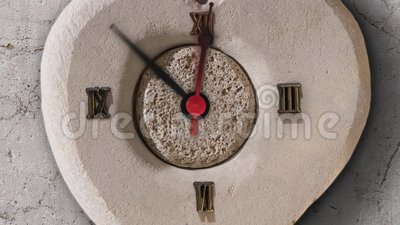 Χρονική παρέλευση του ρολογιού στην πέτρα απόθεμα βίντεο