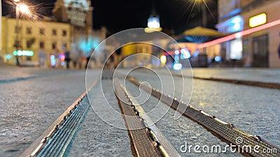 Χρονικό σφάλμα της κυκλοφορίας ανθρώπων στο κέντρο του Lublin τη νύχτα στενό απόθεμα βίντεο