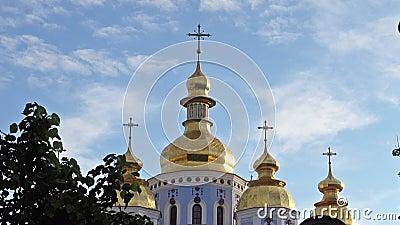 Χρυσοί θόλοι του χρυσός-καλυμμένου δια θόλου καθεδρικού ναού ενάντια στον ουρανό φιλμ μικρού μήκους