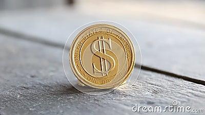 Χρυσό νόμισμα σε θαμπό φόντο φιλμ μικρού μήκους
