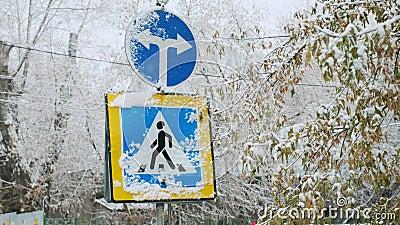 Χρώμα πρόσημου του οδικού σήματος του δείκτη της διασταύρωσης και κατεύθυνση της πορείας Επιτρεπόμενη διάβαση πεζών Χιονισμένος χ απόθεμα βίντεο