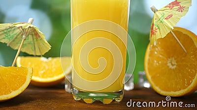 Χυμός πορτοκαλιού μέσα στο γυαλί απόθεμα βίντεο