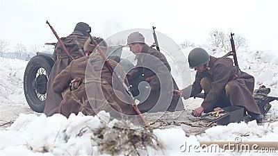 Χωριό Sokolovo, περιοχή Kharkiv, της Ουκρανίας - 9 Μαρτίου: Αναδημιουργία της μάχης του δεύτερου παγκόσμιου πολέμου κοντά φιλμ μικρού μήκους