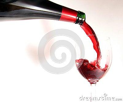 χύνοντας κόκκινο κρασί