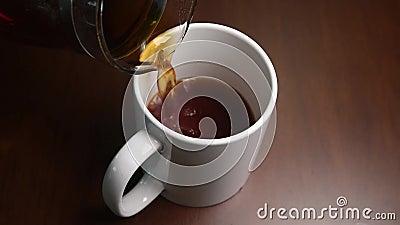 Χύστε τον καφέ σε μια κούπα απόθεμα βίντεο
