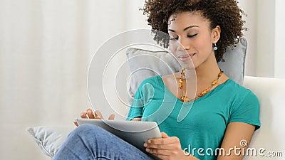 ψηφιακή ταμπλέτα που χρησιμοποιεί τη γυναίκα απόθεμα βίντεο