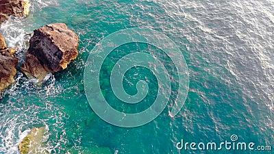 Ωκεάνια ύδατα και βραχώδεις βράχοι που ξεπλένονται απόθεμα βίντεο