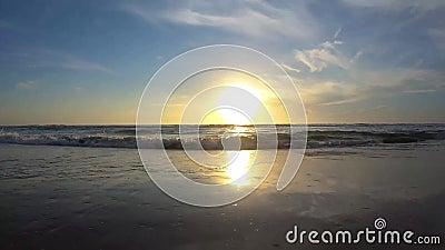 Όμορφη ανατολή στην παραλία στην περιοχή 3 αποβαθρών κεντρικών δρόμων απόθεμα βίντεο