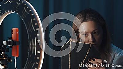 Όμορφη γυναίκα, η blogger ομορφιάς γεμίζει τα φρύδια της μπροστά στο φως των δαχτύλων απόθεμα βίντεο