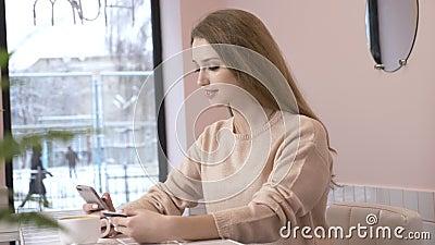 Όμορφη γυναίκα που ψωνίζει on-line με την πιστωτική κάρτα που χρησιμοποιεί το smartphone στο σπίτι lifestyle Όμορφο κορίτσι που ε φιλμ μικρού μήκους