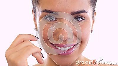 Όμορφη κρέμα τριψιμάτων γυναικών στο πρόσωπο στο άσπρο υπόβαθρο φιλμ μικρού μήκους