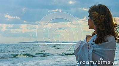 Όμορφη νέα κυρία στην παραλία που εξετάζει τον ορίζοντα, σκέψη την αγάπη, ειδύλλιο απόθεμα βίντεο