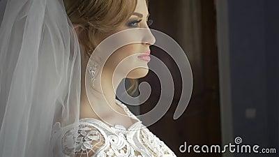 Όμορφος γάμος πορτρέτου νυφών makeup hairstyle, πανέμορφη νέα γυναίκα στο άσπρο φόρεμα στο σπίτι σειρά απόθεμα βίντεο