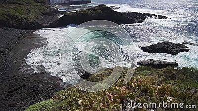 Όμορφος γραφικός κόλπος της Τενερίφης Τυρκουάζ ωκεάνια κύματα σε μια ηλιόλουστη καλοκαιρινή ημέρα απόθεμα βίντεο