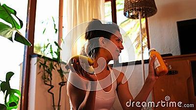 Όμορφο θηλυκό τηλεοπτικό βίντεο καταγραφής blogger vlog για τη διατροφή 4k απόθεμα βίντεο