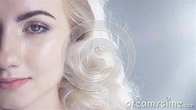Όμορφο πορτρέτο στούντιο γυναικών με το υγιές δέρμα και το τέλειο makeup, μισό πρόσωπο φιλμ μικρού μήκους