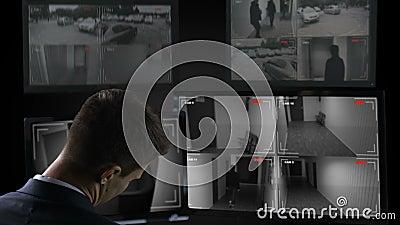 Ύπνος φρουράς ασφάλειας μπροστά από τα κάμερα παρακολούθησης, εργασία είκοσι-για-ώρας φιλμ μικρού μήκους