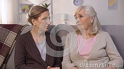 Ώριμοι φίλοι που υποστηρίζουν και που ανακουφίζουν ο ένας τον άλλον που κάθεται στον πόνο καναπέδων της απώλειας απόθεμα βίντεο