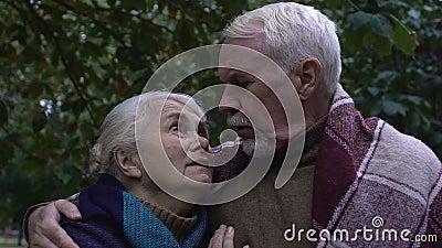 Ώριμος άντρας και γυναίκα που κοιτούν ο ένας τον άλλο με ελπίδα και εμπιστοσύνη, κοντινό πλάνο απόθεμα βίντεο