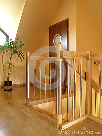 fasionable木房子内部现代的台阶.图片