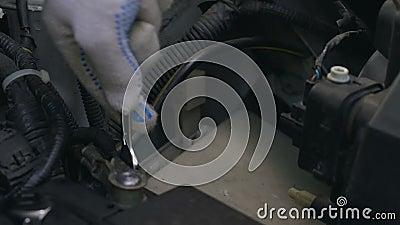 Автоматический механик ремонтируя автомобиль, затягивая провод, обслуживание автомобиля, крупный план сток-видео